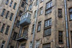 一个老房子的墙壁在市中心在彼得格勒边 库存照片