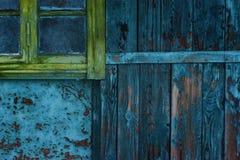 一个老房子的墙壁有老油漆和一个老窗口的 库存图片