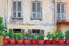 一个老房子的墙壁的看法有木快门的 图库摄影