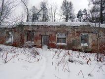 一个老房子的废墟在冬天 免版税库存图片