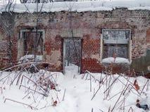 一个老房子的废墟在冬天 免版税库存照片