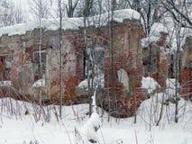 一个老房子的废墟在冬天 免版税图库摄影