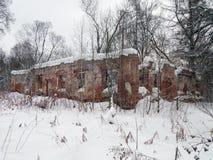 一个老房子的废墟在冬天 图库摄影