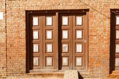 一个老房子的木被雕刻的门在Bhaktapur,尼泊尔 免版税库存照片