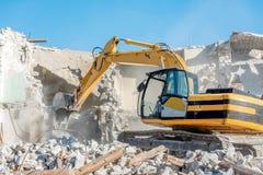 一个老房子的爆破有挖掘机的 免版税库存图片