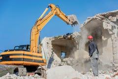 一个老房子的爆破有挖掘机的 免版税库存照片