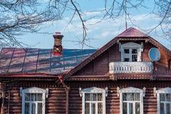 一个老房子的片段在反对天空蔚蓝的村庄 库存图片