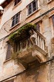一个老房子的门面有用狮子装饰的一个石阳台的朝向 库存照片