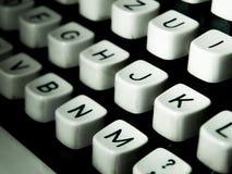 一个老控制台打字机键盘的特写镜头 库存图片