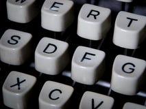 一个老控制台打字机键盘的特写镜头 图库摄影