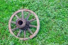 一个老推车的轮子在草的,变老在时间之前 库存图片