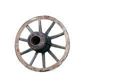 一个老推车的轮子在草的 隔绝,白色,背景 免版税库存图片