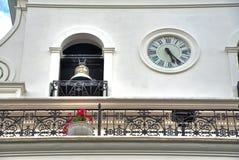 一个老政府大厦的响铃和时钟 免版税库存图片