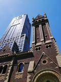 一个老教会和一个新的摩天大楼 免版税库存图片