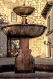 一个老教会的喷泉前面圣地亚哥辣椒的 免版税库存图片