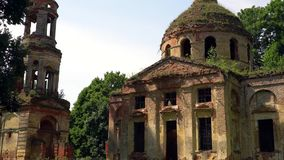 一个老教会的废墟在俄国庄园里 股票视频