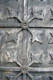 一个老教会的灰色金属门 免版税库存照片