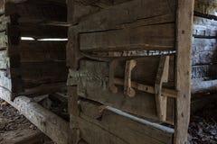 一个老日志毂仓大门的细节对摊位的 图库摄影