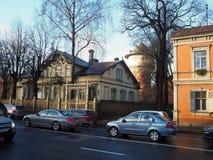 一个老木房子在城市 里加是木建筑学的资本 免版税库存照片