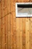 一个老木房子的墙壁由稀薄的垂直的板条制成 被风化的和年迈的委员会 库存图片