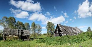 一个老木房子的废墟在俄国村庄 免版税库存照片