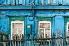 一个老木房子的片段有窗口的 免版税库存图片