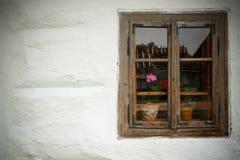 一个老木房子的视窗 免版税库存照片