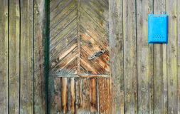 一个老木门和邮箱的片段在一个土气样式 库存照片