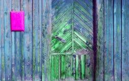 一个老木门和邮箱的片段在一个土气样式 库存图片