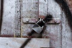 一个老木门的片段 免版税库存照片