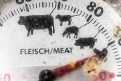 一个老机械格栅温度计的裁减的特写镜头,肮脏和丑恶在格栅季节结束时 免版税图库摄影