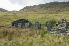 一个老板岩矿工` s小屋,被放弃许多岁月前和现在崩溃和流浪汉 Snowdonia国家公园 库存照片