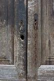一个老棕色木门的细节 免版税图库摄影