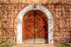 一个老棕色门到城堡里 库存图片