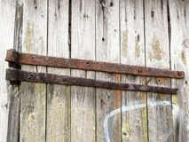 一个老毂仓大门的特写镜头与生锈的金属、地衣、青苔和街道画边缘的  免版税库存照片