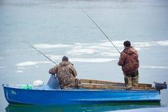 一个老汽船的两位渔夫在河唐 唐的春天渔 图库摄影