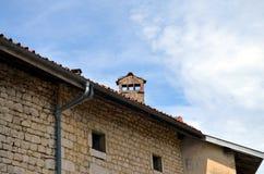 一个老法国大厦的屋顶与烟囱的 库存照片