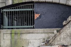 一个老混凝土建筑的边由海洋损坏了 免版税库存照片