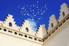 一个老清真寺的伊斯兰教的艺术有鸟飞行的 图库摄影