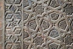 一个老清真寺的古铜板材门的装饰品 库存照片