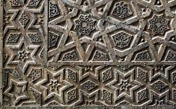 一个老清真寺的古铜板材门的装饰品 免版税库存照片