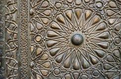 一个老清真寺,老开罗的古铜板材门的装饰品, 免版税库存图片