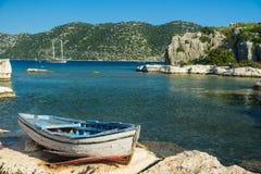 一个老渔船停泊了在Simena半岛 免版税库存照片