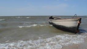 一个老渔船被停泊对岸 股票视频