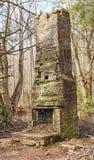 一个老烟囱的废墟在原野 免版税库存图片