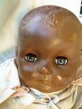 一个老玩偶的哀伤的面孔 免版税库存照片