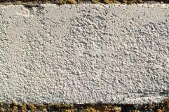一个老白色砖墙的片段特写镜头纹理有大厦缝的 一块砖纹理  库存照片