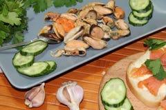 一个老盘用淡菜,切黄瓜 免版税图库摄影