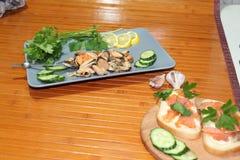 一个老盘用淡菜,切黄瓜 库存图片