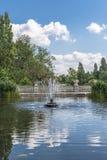 一个老石喷泉在海德公园,伦敦的看法 免版税库存照片